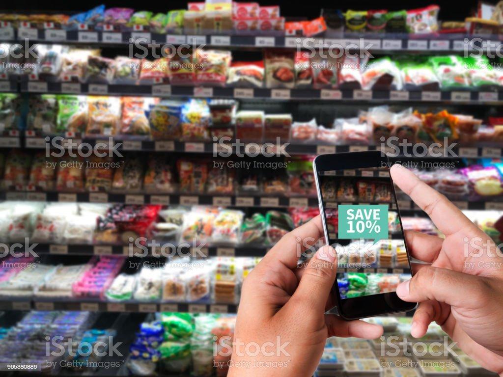슈퍼마켓에서 가족 사용 응용 프로그램의 증강 현실 슈퍼마켓 Discounted 또는 판매 - 로열티 프리 개념 스톡 사진