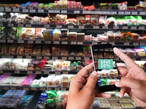 슈퍼마켓에서 가족 사용 응용 프로그램의 증강 현실 슈퍼마켓 Discounted 또는 판매 개념에 대한 스톡 사진 및 기타 이미지
