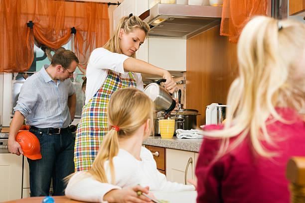 schnelles frühstück an werktagen - kinder die schnell arbeiten stock-fotos und bilder