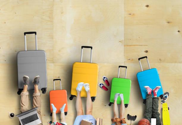 Familie geht auf Reise, fünf bunte Koffer mit Kleidung – Foto