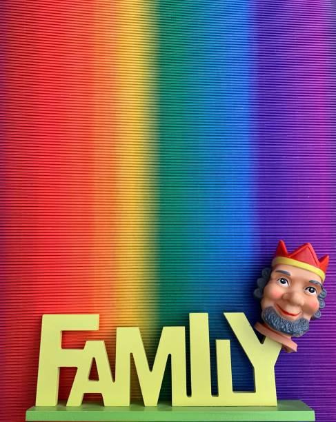 familie ist könig-vintage-fingerstanzpuppe und wortfamilie auf bunten hintergrund - papa zitate stock-fotos und bilder