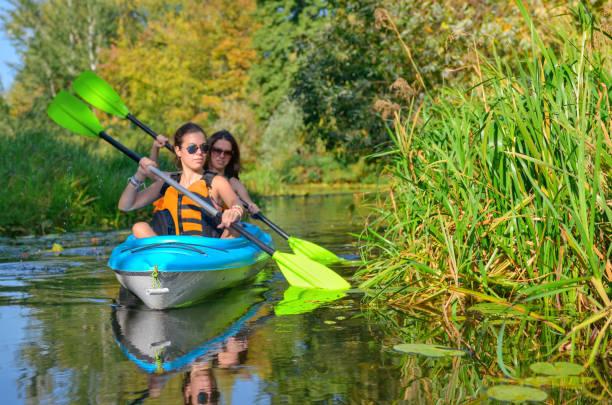 Canoë-kayak familial, la mère et l'enfant pagayer en kayak sur la rivière tour, week-end automne actif et le concept de vacances, de sport et de remise en forme - Photo