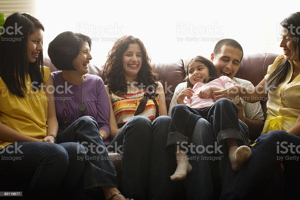 Famiglia ridere insieme foto stock royalty-free