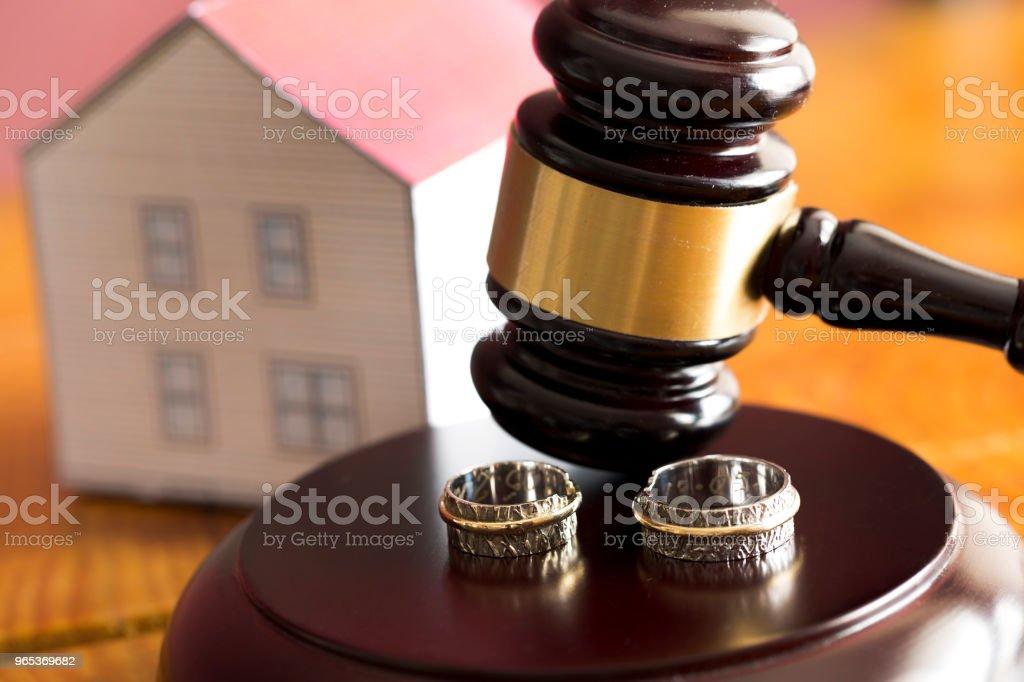Notion de droit de la famille. Divorce. Gavel, house et anneaux - Photo de Affaires libre de droits