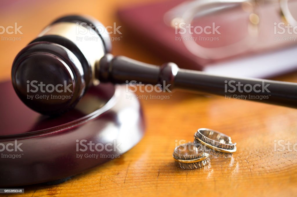 Family law concept. Gavel and rings zbiór zdjęć royalty-free