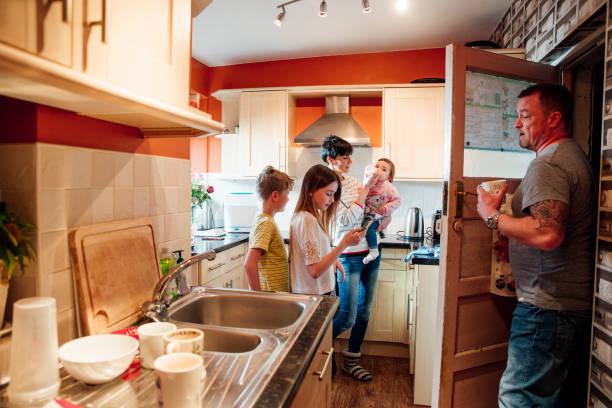 vida familiar en la cocina - lleno fotografías e imágenes de stock