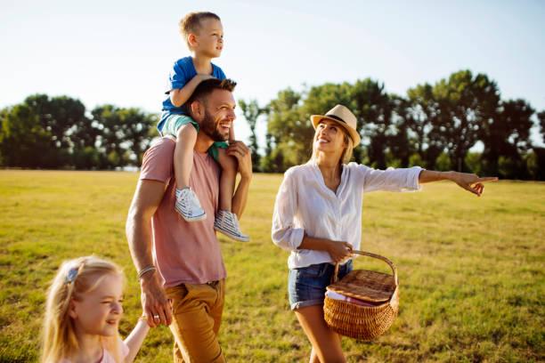 family life - pasto al sacco foto e immagini stock