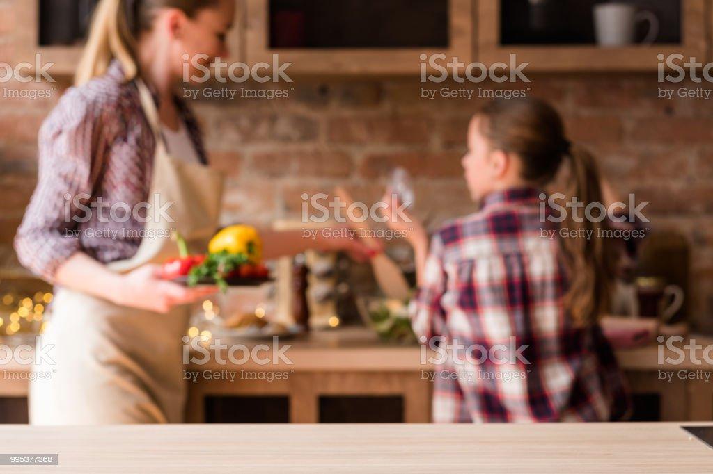 cocina casera de estilo de vida familiar cena preparación - foto de stock