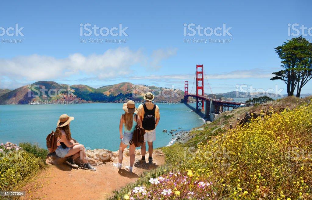 Famille en regardant l'été magnifique paysage de montagnes. - Photo