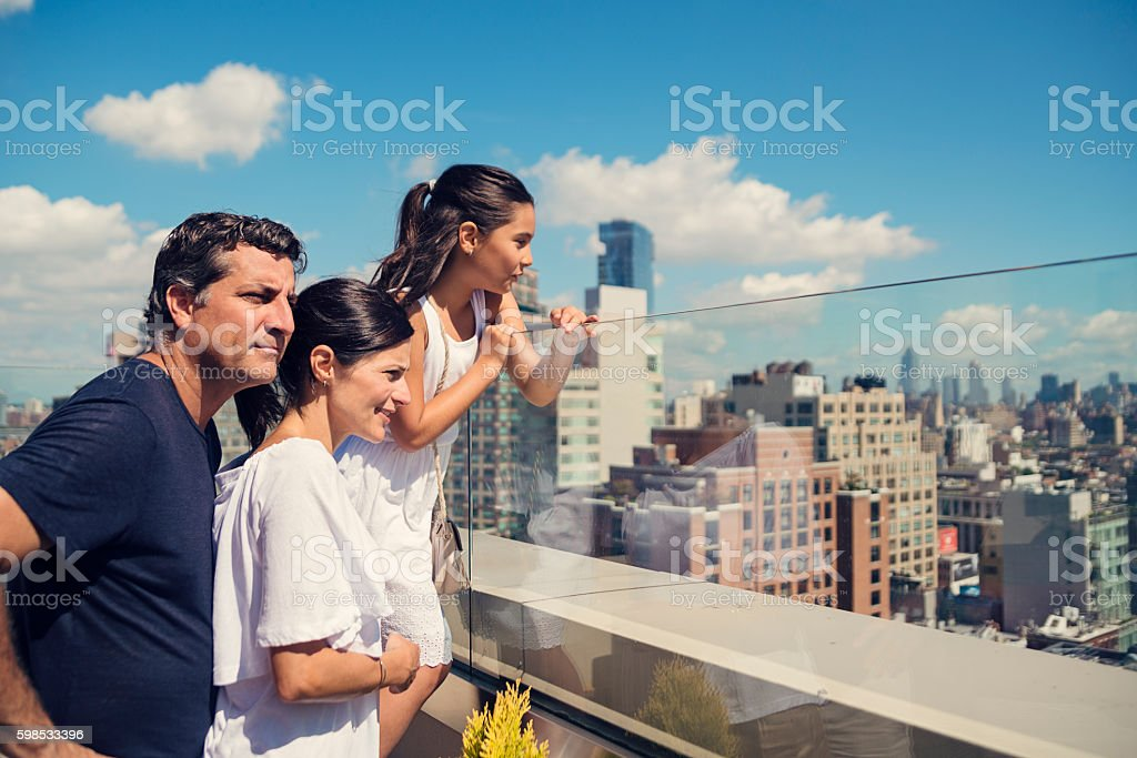 Family looking at New-York skyline on bright summer day. photo libre de droits