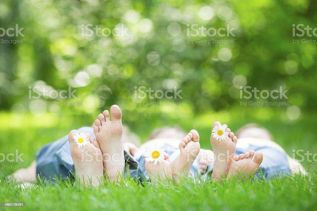 Familie liegen auf dem grass – Foto