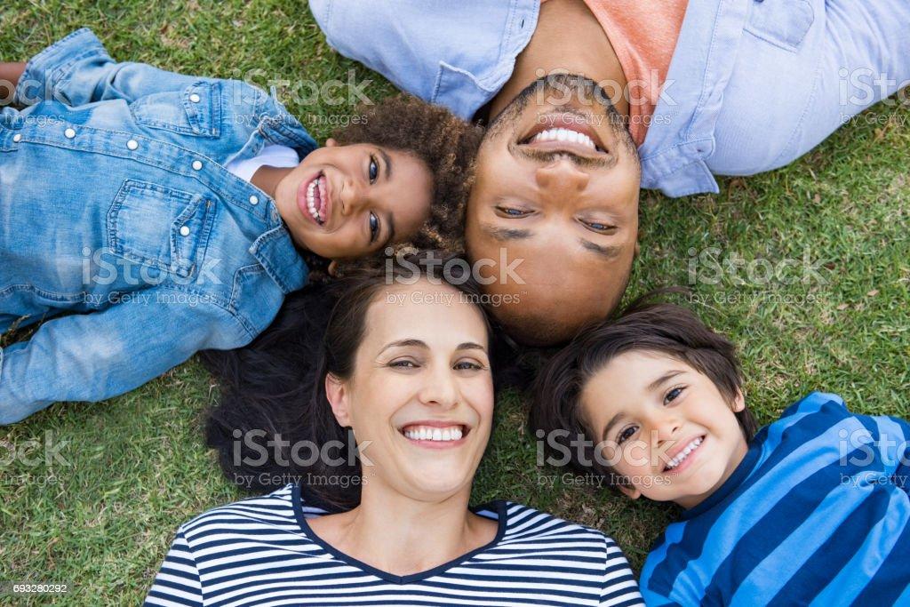 Famille allongé sur l'herbe photo libre de droits