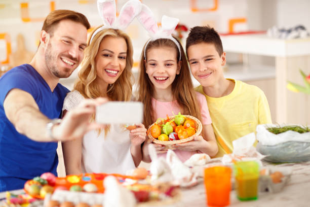 familie machen selfie mit korb von ostereiern - schöne osterbilder stock-fotos und bilder
