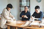 新年を前に餅を作る家族