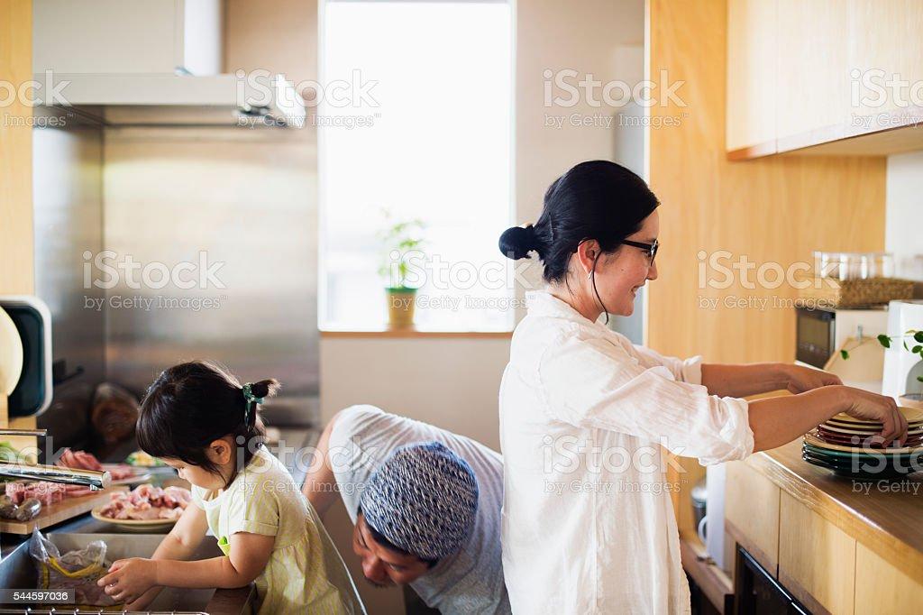 ご家族ご一緒の昼食を「キッチン」でのホリデー ストックフォト