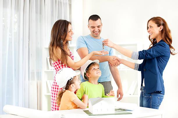 가족 모임을 부동산 중개인. - home 뉴스 사진 이미지