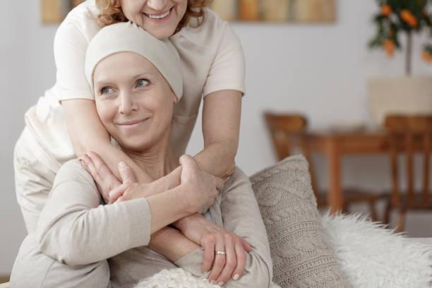 familienmitglied unterstützen kranke frau - krebs tumor stock-fotos und bilder