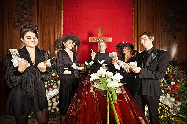 familie um geld erbe auf begräbnis - zum totlachen stock-fotos und bilder