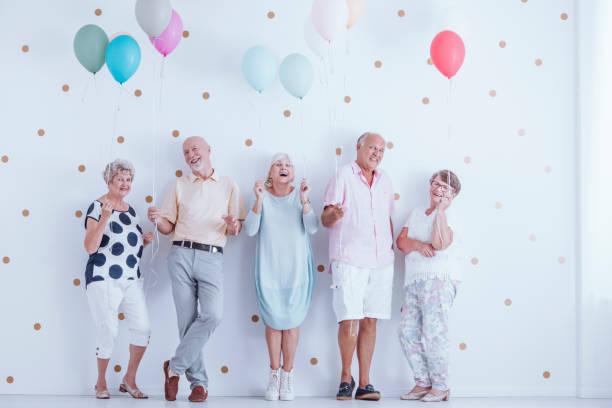 familienmitglieder gemeinsam lachen - zum totlachen stock-fotos und bilder