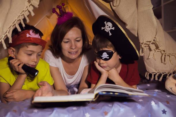 family moments - piratenzimmer themen stock-fotos und bilder