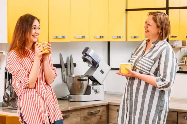 familia mañana madre hija cocina de café - happy couple sharing a cup of coffee fotografías e imágenes de stock
