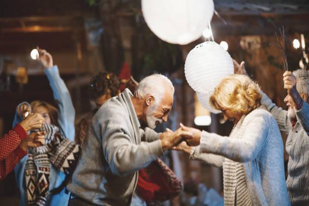 festa de véspera de ano novo familiar. - dançar - fotografias e filmes do acervo