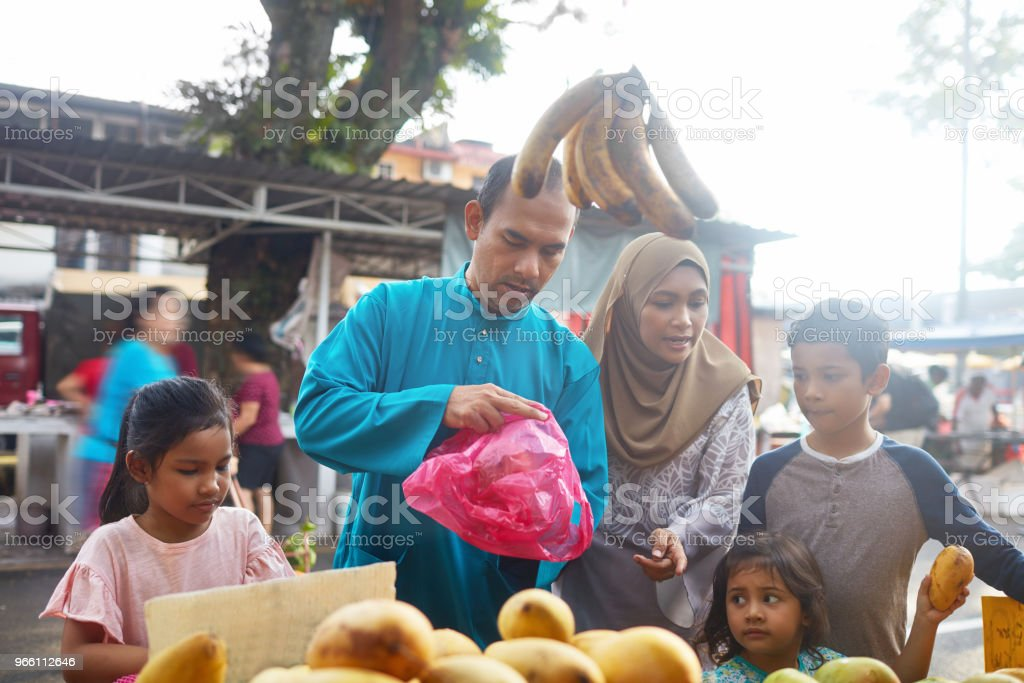 Family of five buying fruits at market - Royalty-free 10-11 Years Stock Photo