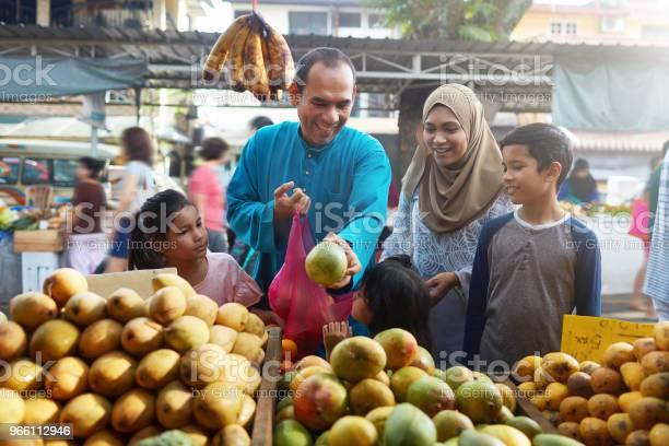 Familjen Av Fem Köpa Mango På Marknaden-foton och fler bilder på 10-11 år