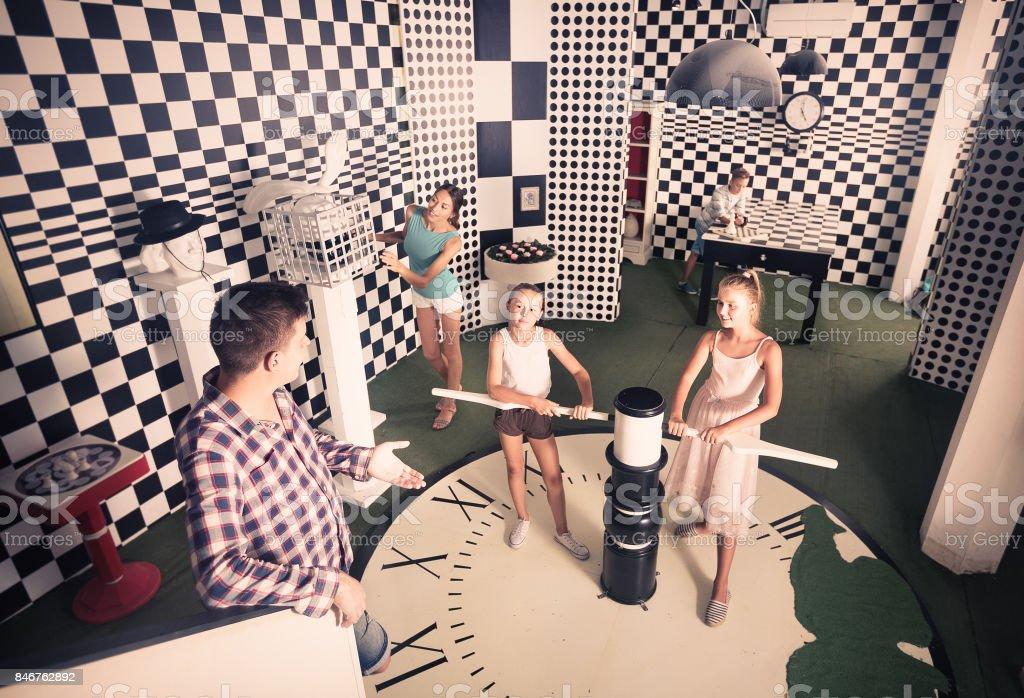 Família de cinco se divertindo juntos em chessroom perdido. - foto de acervo