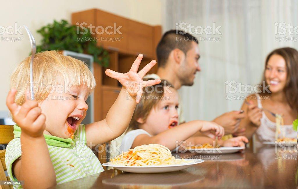 Familia de cuatro comer spaghetti - Foto de stock de 2-3 años libre de derechos