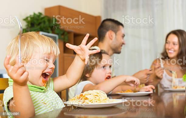 Familia De Cuatro Comer Spaghetti Foto de stock y más banco de imágenes de 2-3 años