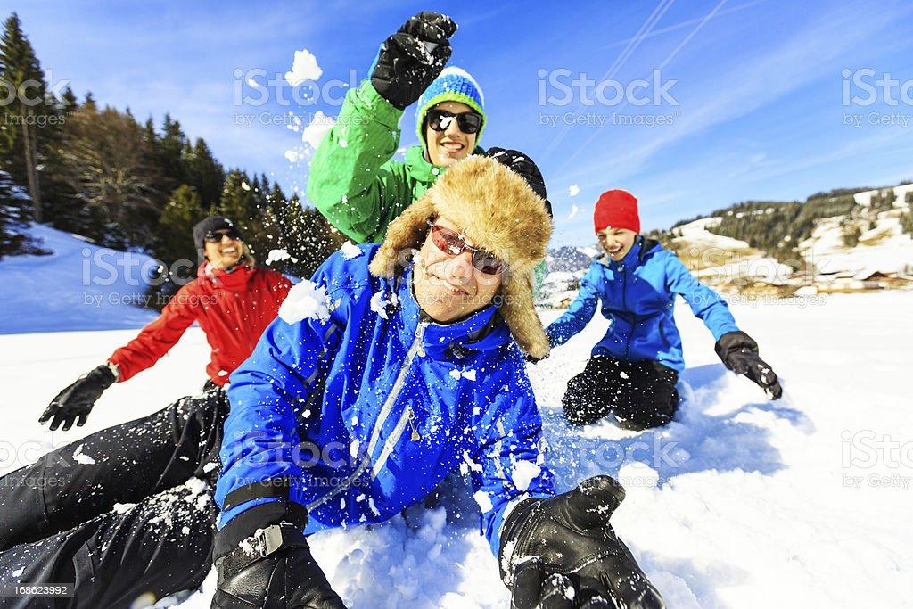 Famille de quatre personnes s'amuser dans la neige - Photo
