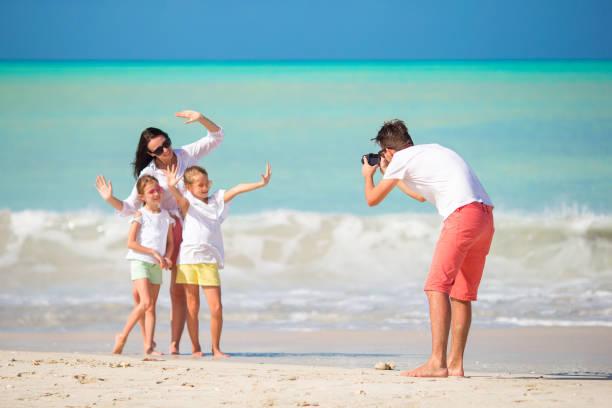 Vierköpfige Familie macht ein Selfie-Foto auf ihrem Strandurlaub. Familien-Strandurlaub – Foto
