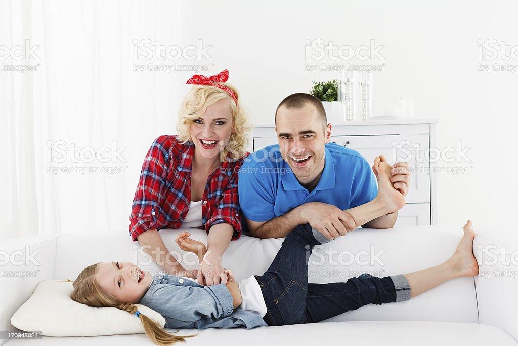 Familie Eltern Kitzeln Ihre Tochter Stockfoto und mehr