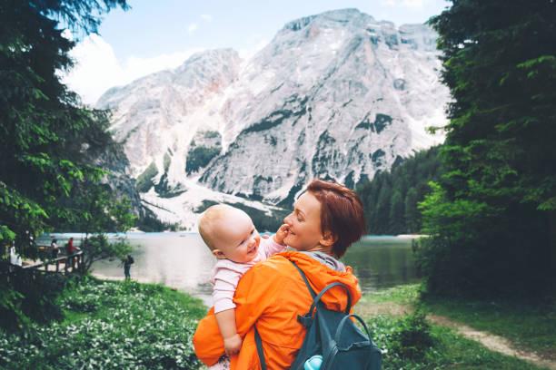Familia de turistas en paseos en el lago de Braies. - foto de stock