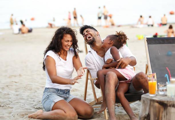 해변의 가족 - 가족 여행 및 휴가 뉴스 사진 이미지