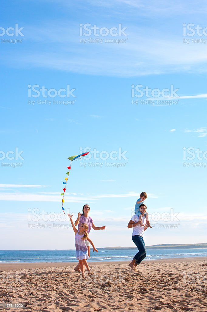Famille sur la plage avec cerf-volant - Photo