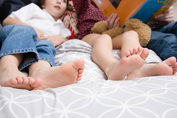 Familia en la cama - foto de stock