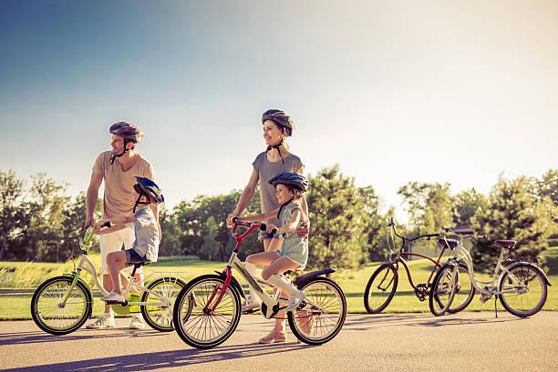 Famiglia sulla bici - foto stock