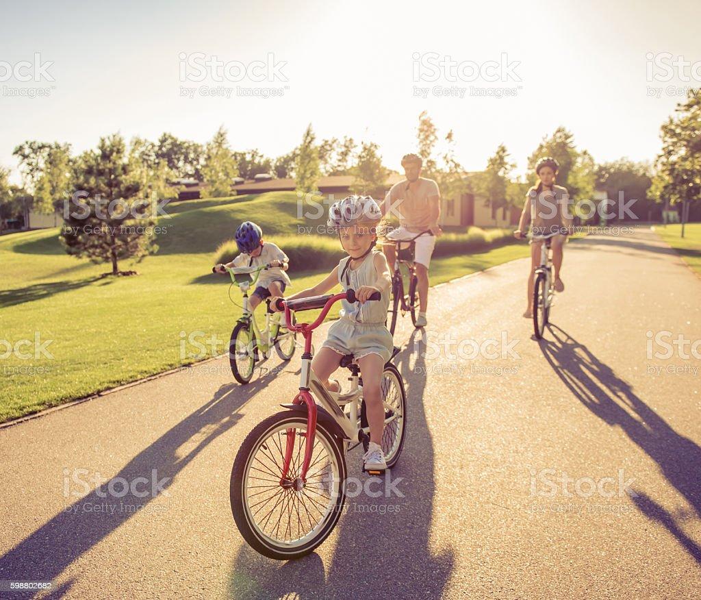 Familia en las bicicletas - foto de stock