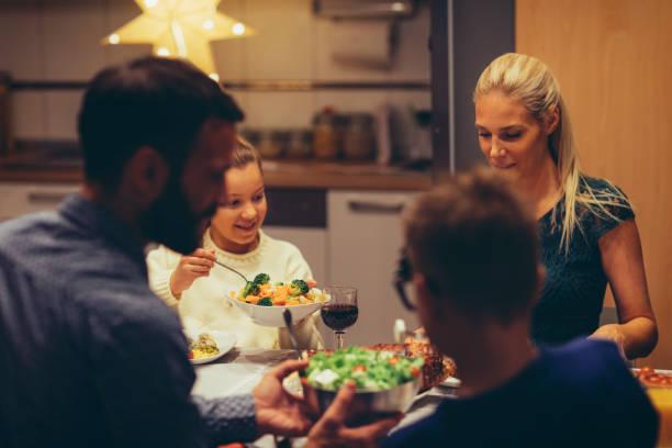 familie an weihnachten abendessen zu hause - kinderzimmer tischleuchten stock-fotos und bilder