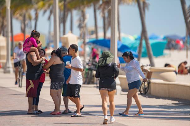 family on hollywood beach memorial day weekend - memorial day weekend стоковые фото и изображения