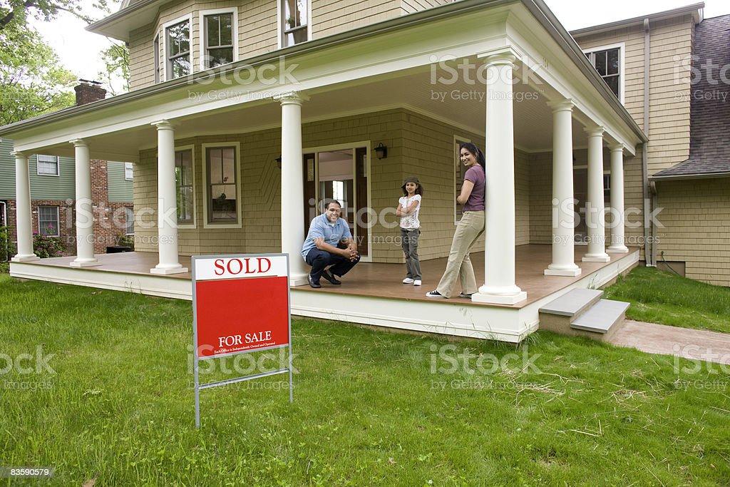 Famiglia sul portico di Casa Nuova foto stock royalty-free