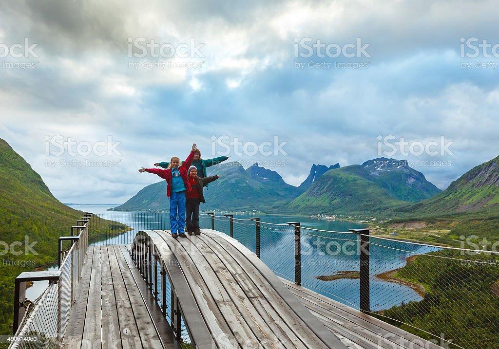 Familie am Sommer Senja coast (Norwegen, polar Tag – Foto