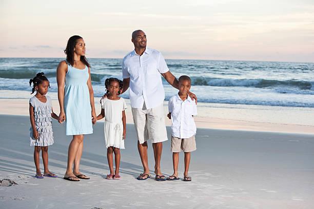 familie am strand - salzwasser sandalen stock-fotos und bilder