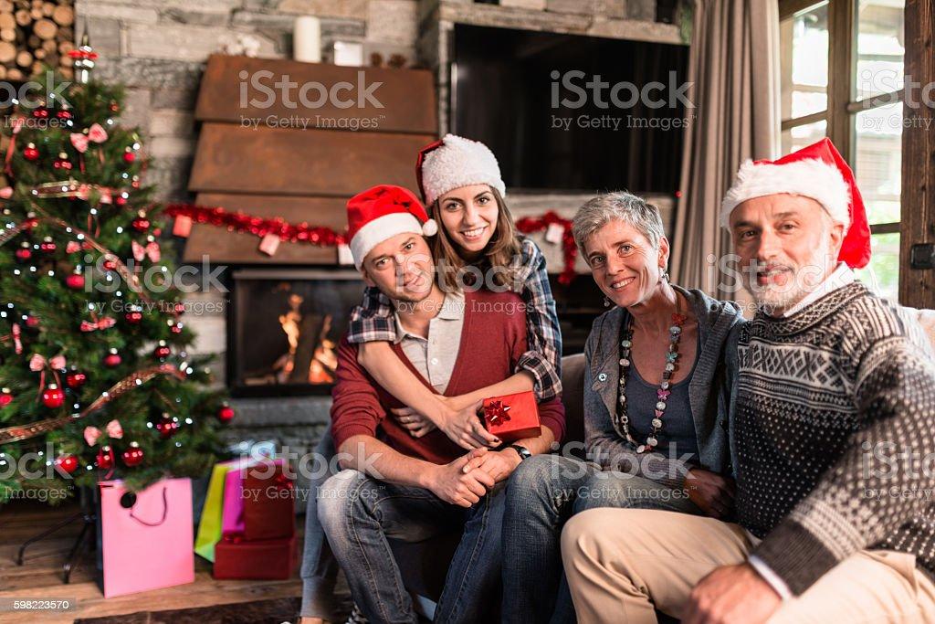Família na sala de estar para o Natal foto royalty-free