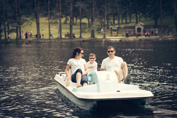 Familia en el bote de pedales - foto de stock