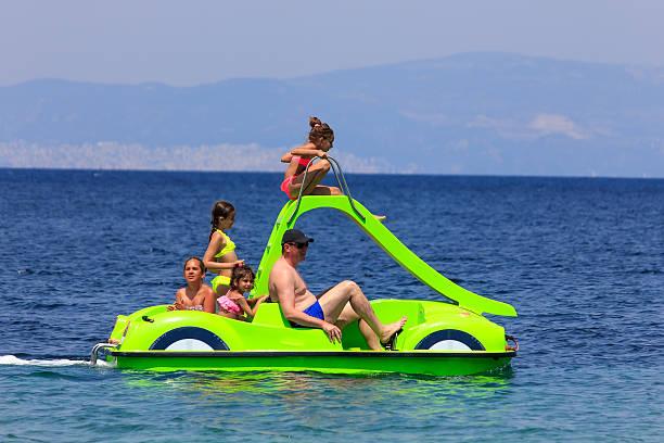 Familia en el pedal de tobogán de agua - foto de stock
