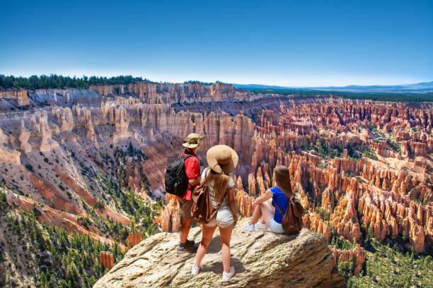 familie bovenop berg genieten van tijd samen, kijken prachtig uitzicht. - aardpiramide stockfoto's en -beelden