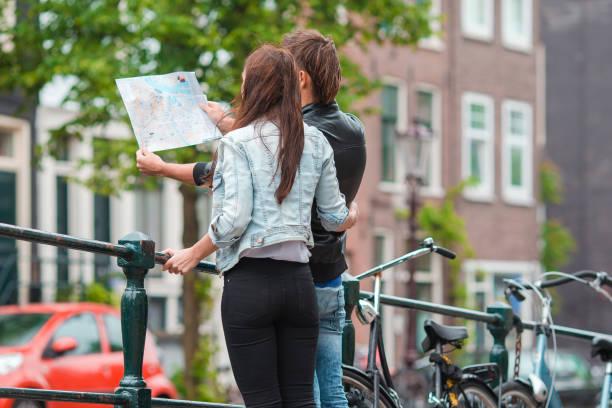 familie im urlaub in europäischen städten - hochzeitsreise amsterdam stock-fotos und bilder